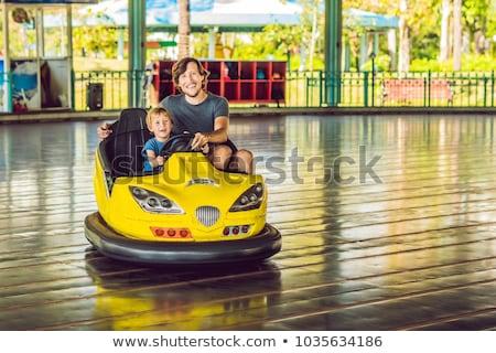 Vader zoon auto pretpark familie glimlach gelukkig Stockfoto © galitskaya