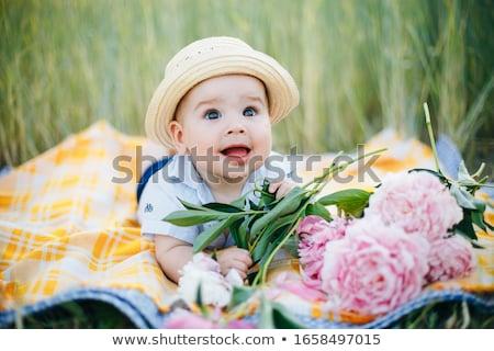 Szczęśliwą rodzinę kwiaty baby chłopca domu rodziny Zdjęcia stock © dolgachov