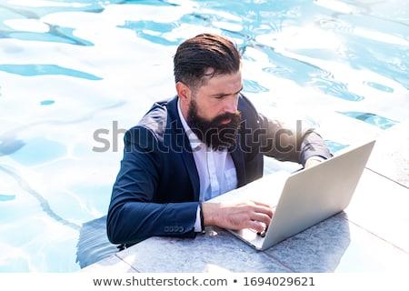Foto stock: Jóvenes · de · trabajo · vacaciones · piscina · Internet