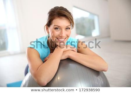 Glimlachend mooie geschikt vrouw oefening bal Stockfoto © darrinhenry