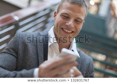 Bonnes nouvelles hommes lecture sms smartphone affaires Photo stock © adamr