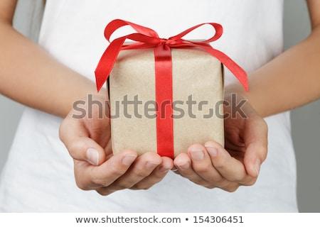Cadou roşu arc femeie mâini cămaşă Imagine de stoc © -Baks-