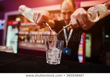 Stockfoto: Glimlachend · barman · Geel · cocktail · glas