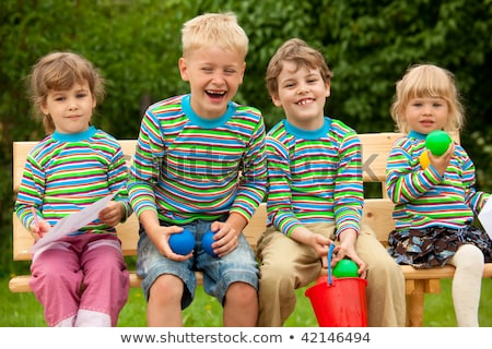 Négy gyerekek azonos ruházat nevetés ül Stock fotó © Paha_L