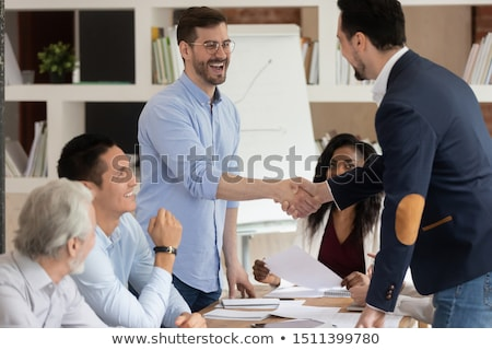 Stockfoto: En · ontmoeting · tussen · een · blanke · Zakenvrouw · en · een · Midden-Oosten