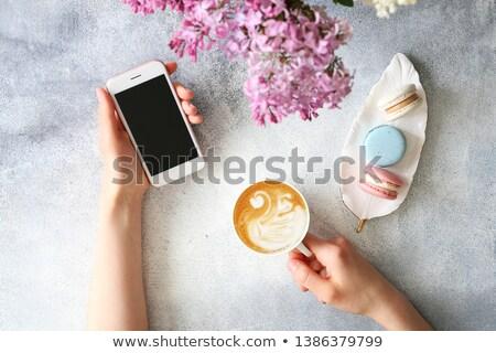 Frau feminine Arbeitsplatz Notebook Kaffee macarons Stock foto © Illia