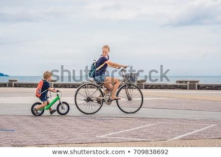 Сток-фото: счастливая · семья · верховая · езда · велосипедах · улице · улыбаясь · мамы