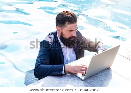 Jovem freelance trabalhando férias piscina internet Foto stock © galitskaya