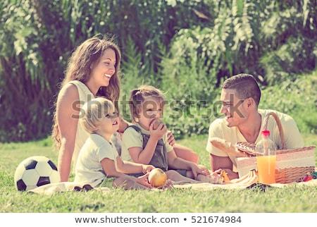 ebeveyn · çocuklar · piknik · gülümseme · adam - stok fotoğraf © monkey_business