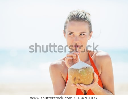 Mulher jovem potável leite de coco praia sonho escapar Foto stock © galitskaya