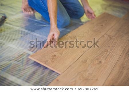 Mann Installation neue Holz Bodenbelag Infrarot Stock foto © galitskaya