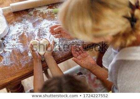 Mains fille forme de coeur compteur de cuisine enfant Photo stock © wavebreak_media