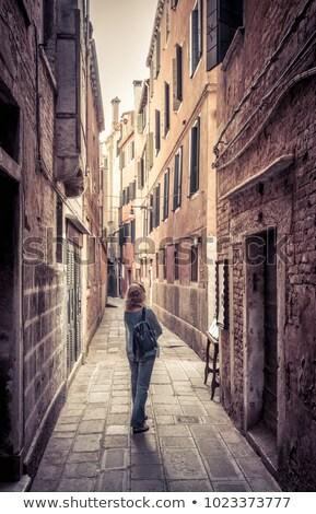 Fiatal nő sétál keskeny sikátor Velence hátsó nézet Stock fotó © AndreyPopov