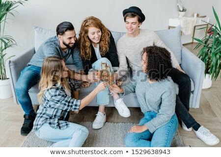 beş · arkadaşlar · oturma · odası · içme · şampanya · gülen - stok fotoğraf © pressmaster