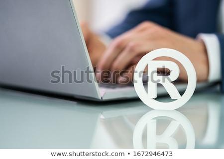 商標 にログイン ノートパソコン 手 作業 手 ストックフォト © AndreyPopov