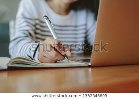 かなり · 小さな · 白人 · 女性 · ラップトップを使用して · コンピュータ - ストックフォト © feedough