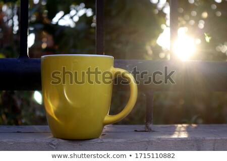 beker · koffie · namiddag · zon · houten · tafel · bureau - stockfoto © filipw