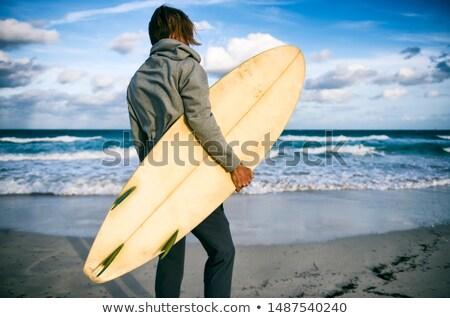 Homme planche de surf permanent regarder horizon océan Photo stock © deandrobot