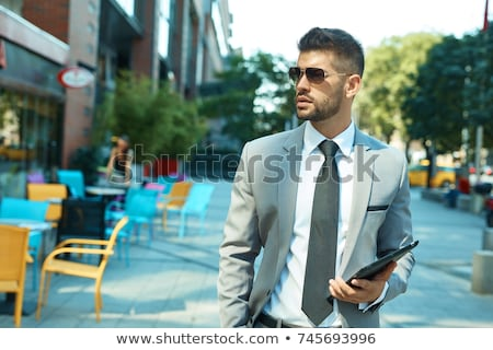 empresario · caminando · aire · libre · masculina · maletín · romper - foto stock © deandrobot