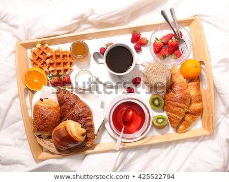 Té croissants desayuno bayas mesa de madera superior Foto stock © karandaev