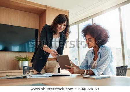 Parteneri de afaceri discuţie digital comprimat echipă lucru Imagine de stoc © Kzenon