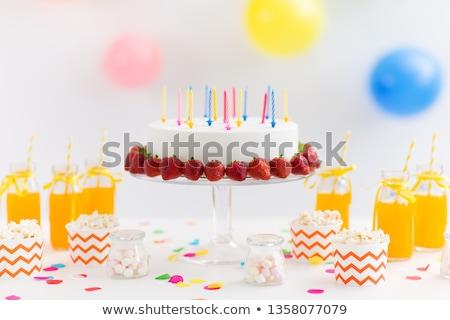 Verjaardagstaart sap popcorn heemst partij levensmiddelen feestelijk Stockfoto © dolgachov