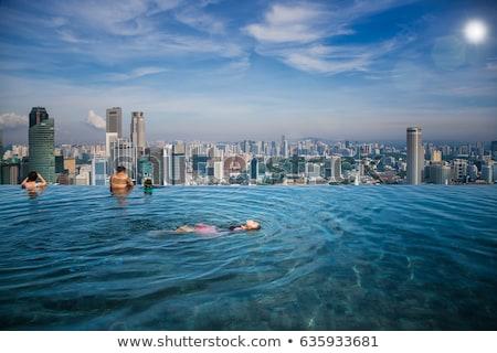 Jeune femme jouir de vacances d'été toit haut piscine Photo stock © GVS