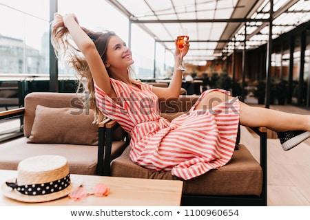 吸引力 · 年輕女子 · 飲用水 · 海灘 · 背面 · 飲料 - 商業照片 © wavebreak_media