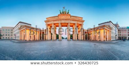 Részlet Brandenburgi kapu éjszaka Berlin Németország épület Stock fotó © TanArt