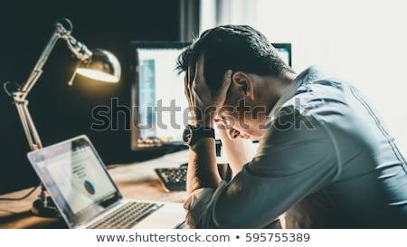 Foto stock: Frustrado · jovem · homem · de · negócios · trabalhando · computador · portátil · escritório