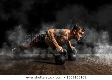 Gespierd man training ketel bal gymnasium Stockfoto © deandrobot