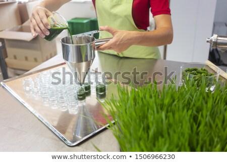 Kadın doldurma buğday çimi iki yüzlü gözlük sağlıklı Stok fotoğraf © Kzenon