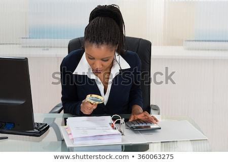 女性実業家 · 見える · 虫眼鏡 · クローズアップ · デスク - ストックフォト © andreypopov