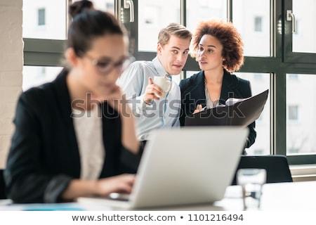 Fofoca brilhante quadro mulher jovem escuta mulher Foto stock © dolgachov