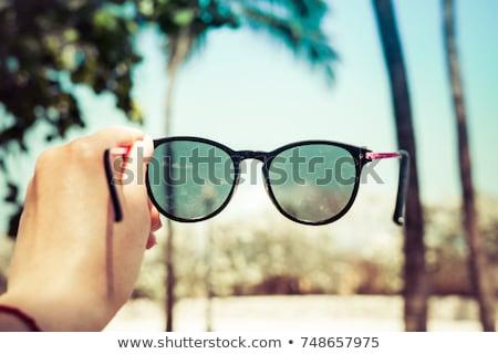 手 · サングラス · 熱帯ビーチ · 水 · ファッション - ストックフォト © travnikovstudio