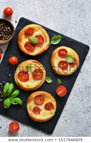 mini · pizza · azeitonas · bacon · queijo · comida - foto stock © badmanproduction