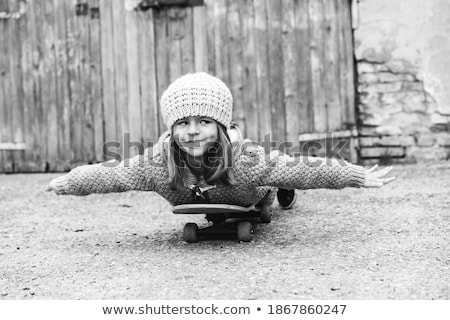 Portret uśmiechnięty dziewczyna deskorolka biały szczęśliwy Zdjęcia stock © LightFieldStudios