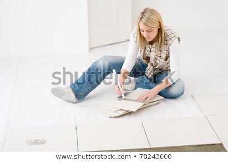 Foto stock: Mulher · telha · casa · trabalhador · interior