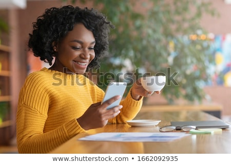 afrikaanse · vrouw · smartphone · kantoor · business · communicatie - stockfoto © hsfelix