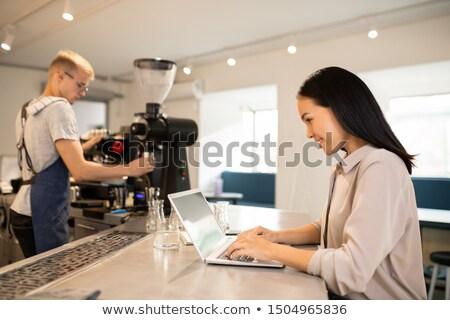 Jonge cliënt cafetaria surfen net barista Stockfoto © pressmaster