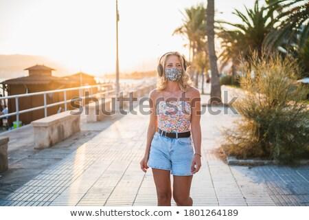Nő fejhallgató sétál nyár tengerpart zene Stock fotó © dolgachov