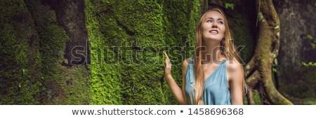 Mulher jovem viajante jardim musgo viajar bali Foto stock © galitskaya