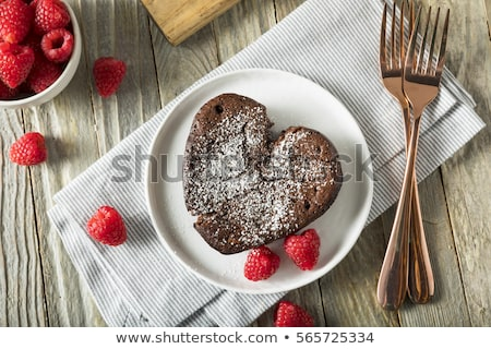 bolo · de · chocolate · bolo · coração · decoração · bolo · de · chocolate · decorado - foto stock © borna_mir