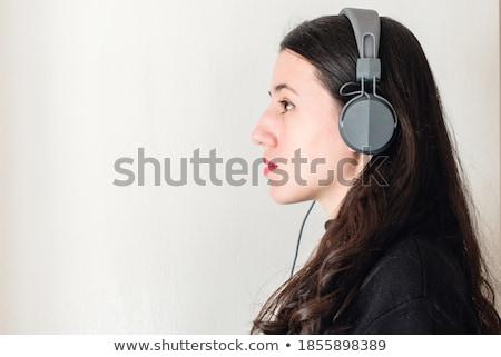 tevreden · brunette · vrouw · hoofdtelefoon · luisteren · muziek - stockfoto © lithian