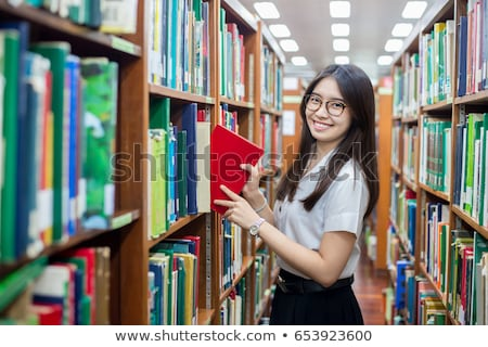 Vrolijk vrouw permanente boekenplank bibliotheek mooie Stockfoto © deandrobot