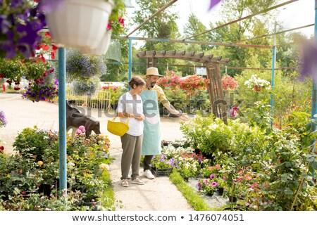 Maduro jardineiro seis avental flores brancas Foto stock © pressmaster