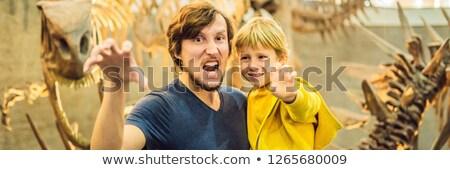 Apa fiú néz dinoszaurusz csontváz múzeum Stock fotó © galitskaya