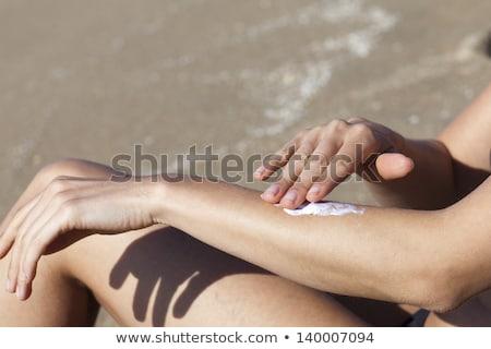 Mulher queimadura de sol loção menina verão vermelho Foto stock © dacasdo