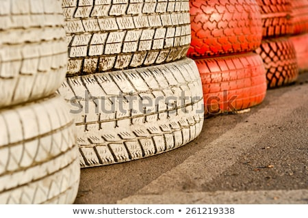 Cerca vermelho branco velho pneus Foto stock © vlaru