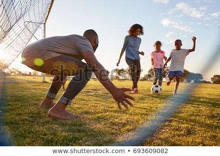 Foto stock: Familia · jugando · fútbol · parque · ninos · ejecutar